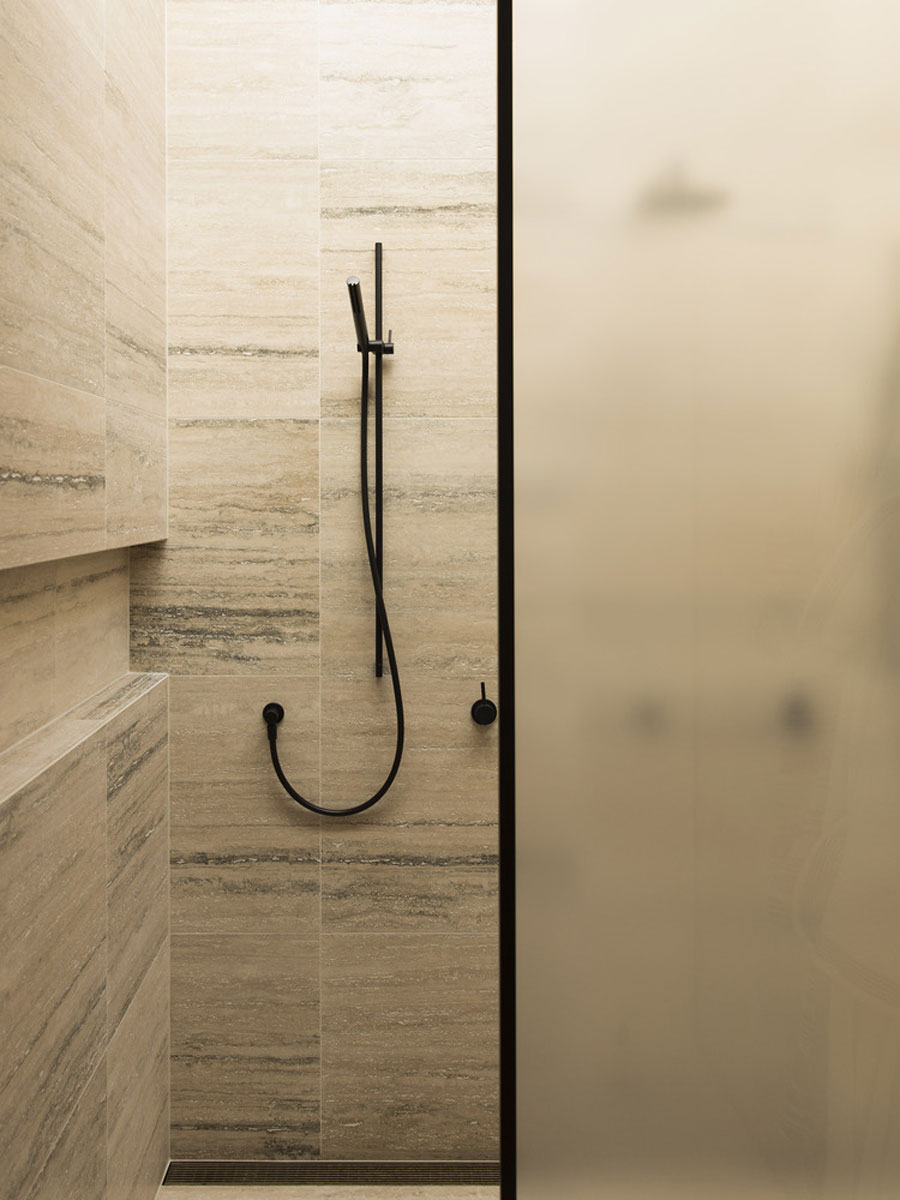 Luxe badkamer met mooie warme tegels