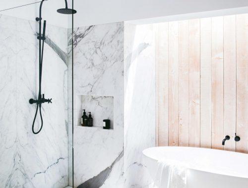 Luxe badkamer met wit marmer en zwart hout