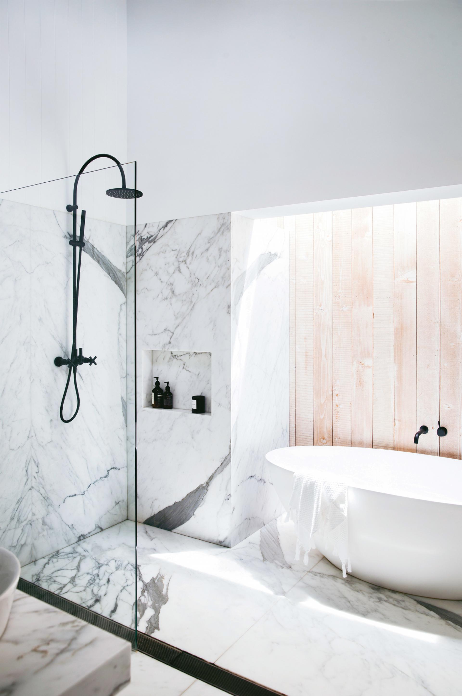 Luxe Badkamer Met Wit Marmer En Zwart Hout Badkamers