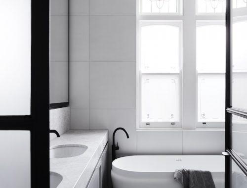 Luxe badkamer met zwarte accenten en marmer