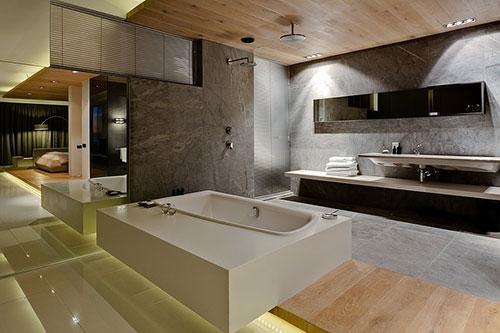 ... bad, regendouche die in het houten plafond is verwerkt en nog een