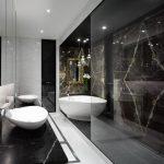 Luxe badkamer met scheidingswand