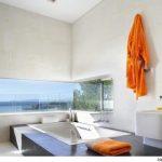 Luxe badkamer met uizicht