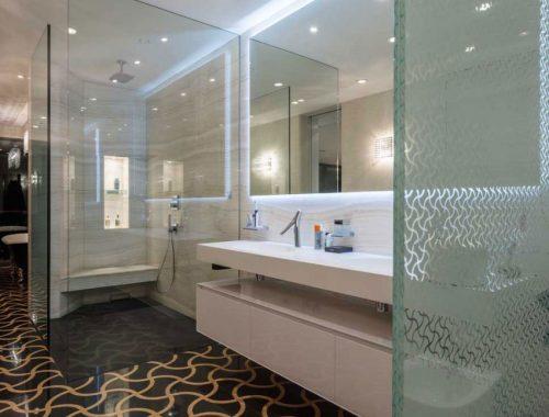 Luxe badkamer van villa Snagov