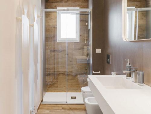 Luxe badkamerontwerp voor een lange smalle badkamer