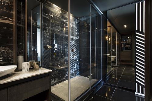 Luxe donkere badkamer