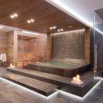 Luxe Italiaanse badkamer met grote jacuzzi