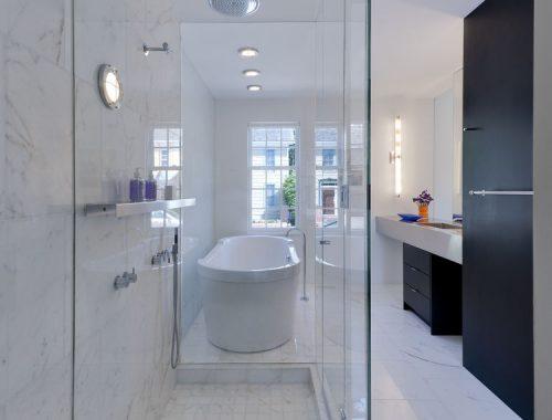Luxe moderne badkamer met marmeren tegels