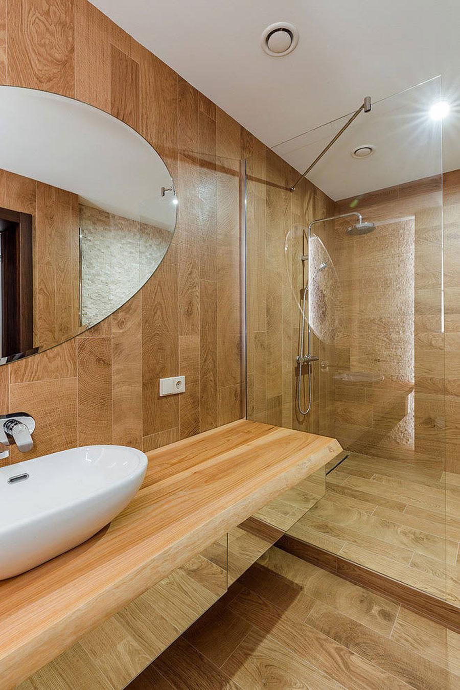 Luxe moderne rustieke badkamer met houtlook tegels