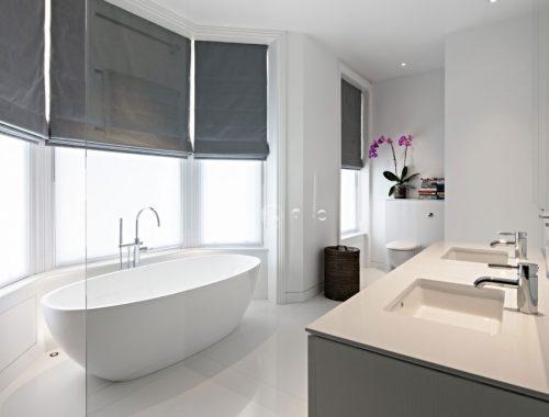 Luxe moderne witte badkamer met erker