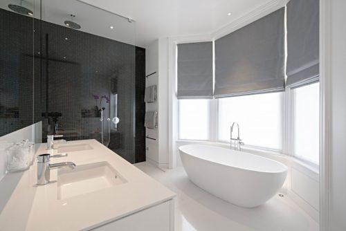 Luxe moderne witte badkamer met erker badkamers voorbeelden - Moderne luxe badkamer ...