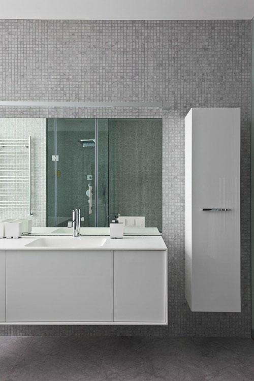 Luxe strakke badkamer met inloopkast
