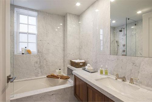 Marmer en hout in badkamer