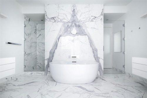 Badkamers voorbeelden witte badkamer - Marmeren douche ...