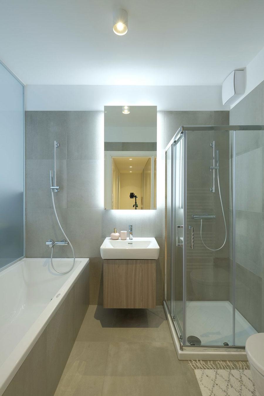Matglazen wand tussen badkamer en slaapkamer zorgt voor licht en ruimtelijkheid
