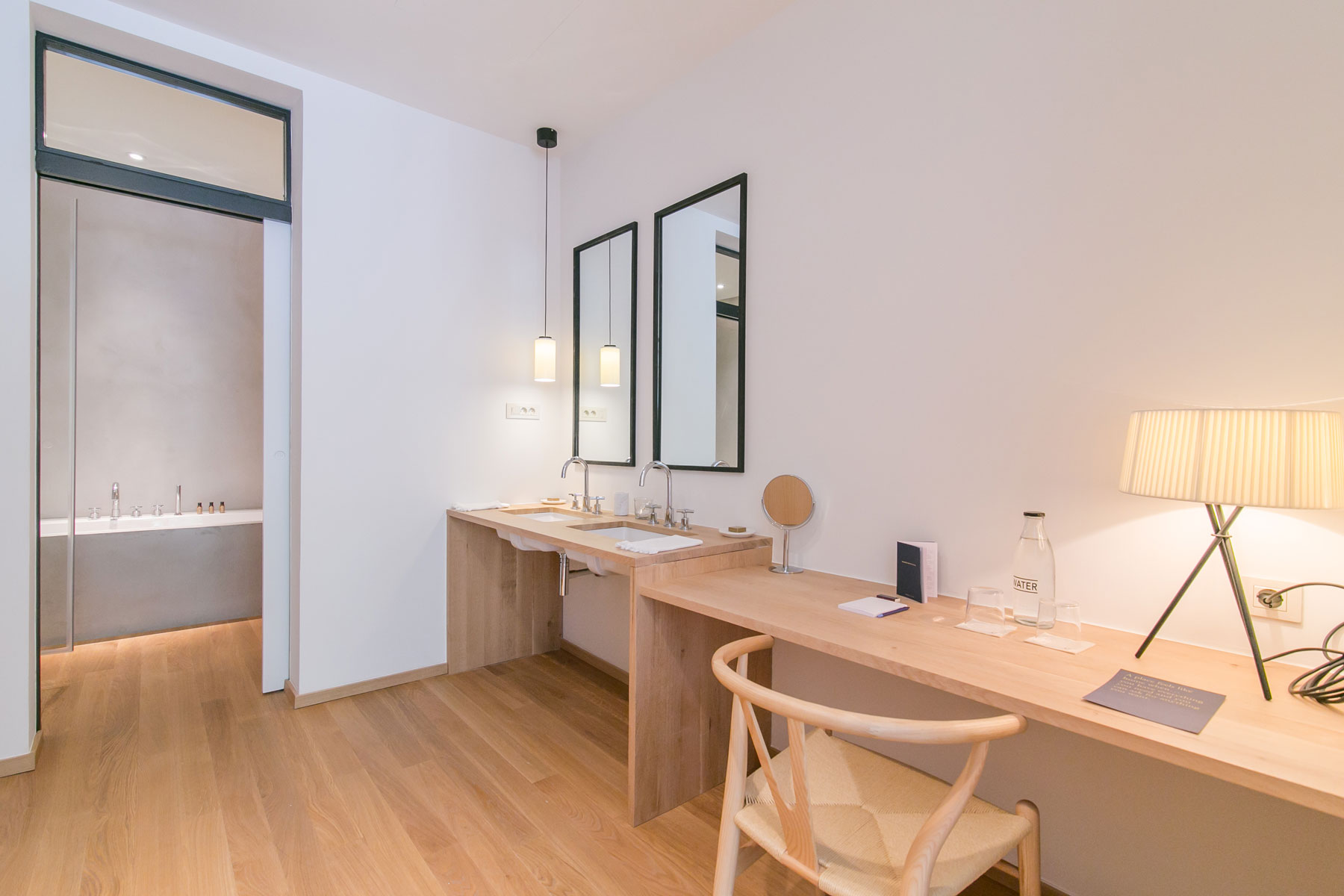 Minimalistisch strakke badkamer van Margot House