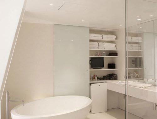 Minimalistisch witte designbadkamer