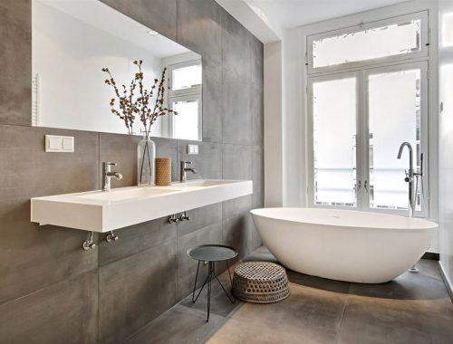 Minimalistische badkamer met betonlook tegels