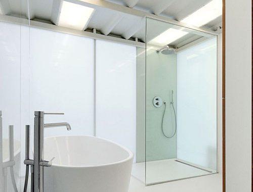 Minimalistische badkamer in loft appartement in Brussel