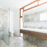 Minimalistische badkamer met marmer