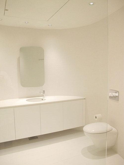 Minimalistische badkamer met ronde muren
