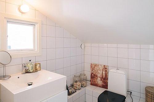 Minimalistische badkamer met witte tegels