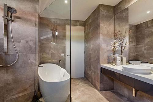 Minimalistische grijze badkamer