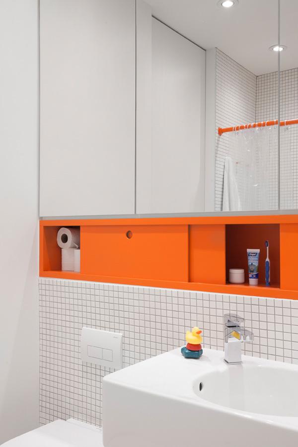 Minimalistische witte badkamer met oranje accenten