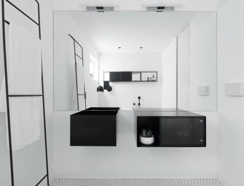 Zwarte badkamer interieur dubbele wastafel kant u stockfoto