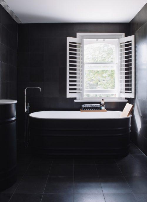 Minimalistische zwarte badkamer