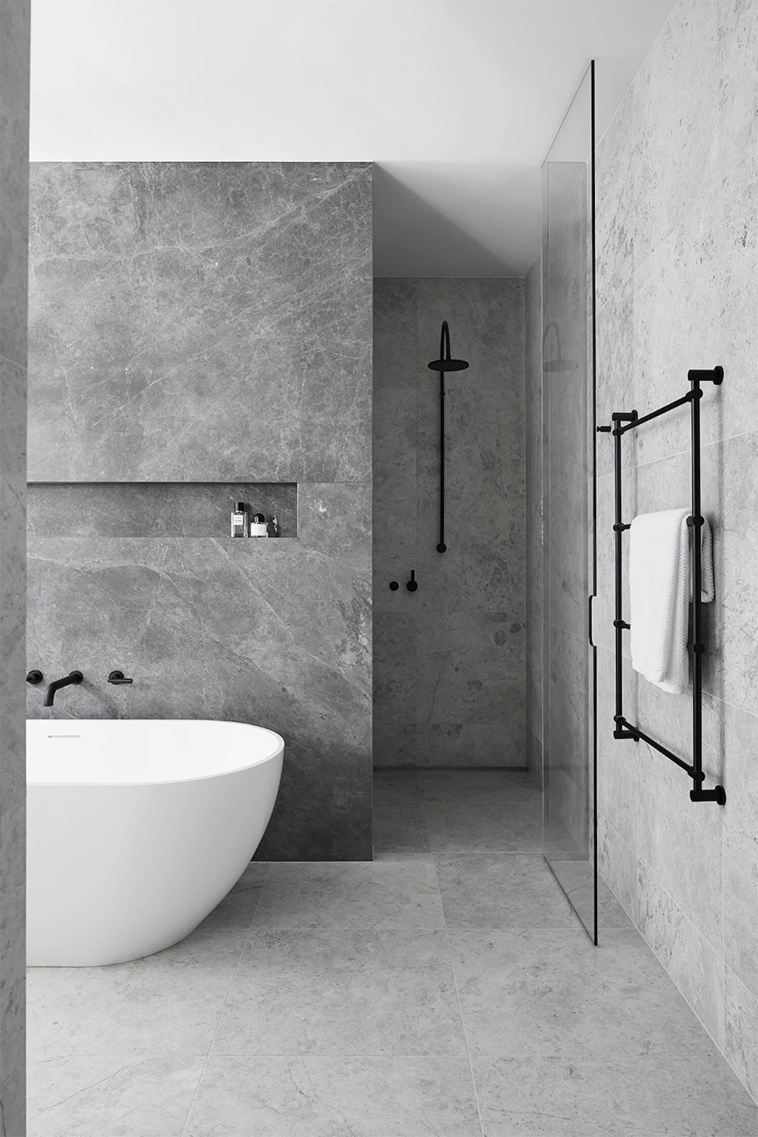 Modern chique badkamer met hout en marmer