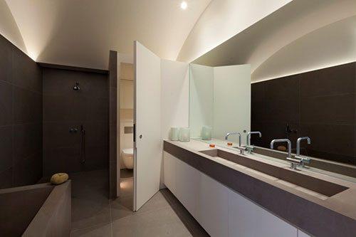 Moderne badkamer met boogplafond