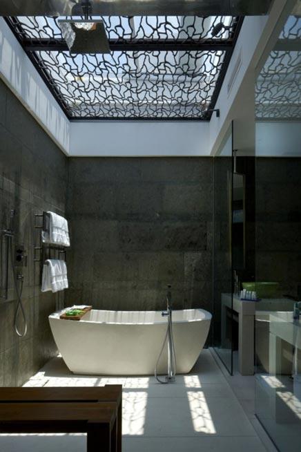 Moderne badkamer met dakraam badkamers voorbeelden for Balinese bathroom design