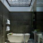 Moderne badkamer met dakraam