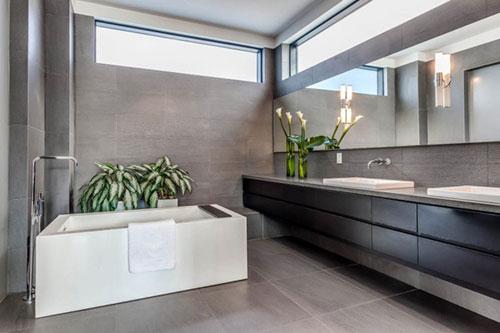 Moderne badkamer met donkere kleuren badkamers voorbeelden - Moderne badkamer badkamer ...