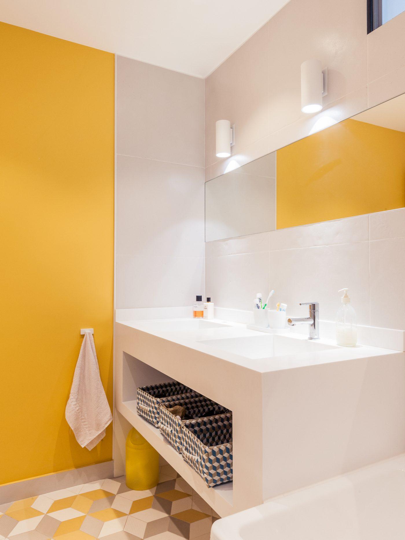 Moderne badkamer in grijs, wit en geel