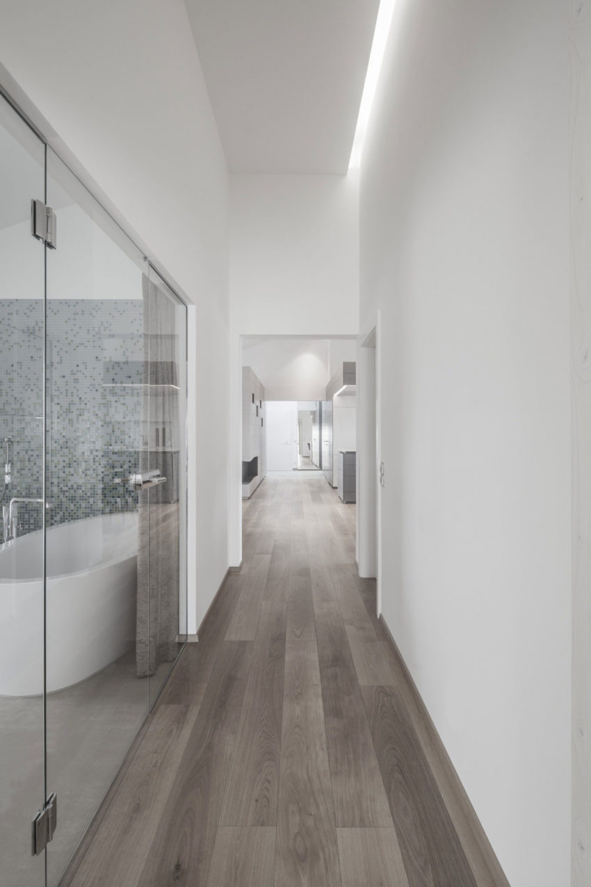 Moderne badkamer met grote glazen wand en glazen deur - Badkamers ...