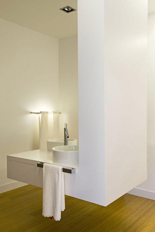 Moderne badkamer met beton en hout