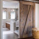Moderne badkamer met houten schuifdeur