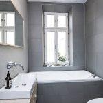 Moderne badkamer in een karakteristiek Scandinavisch appartement