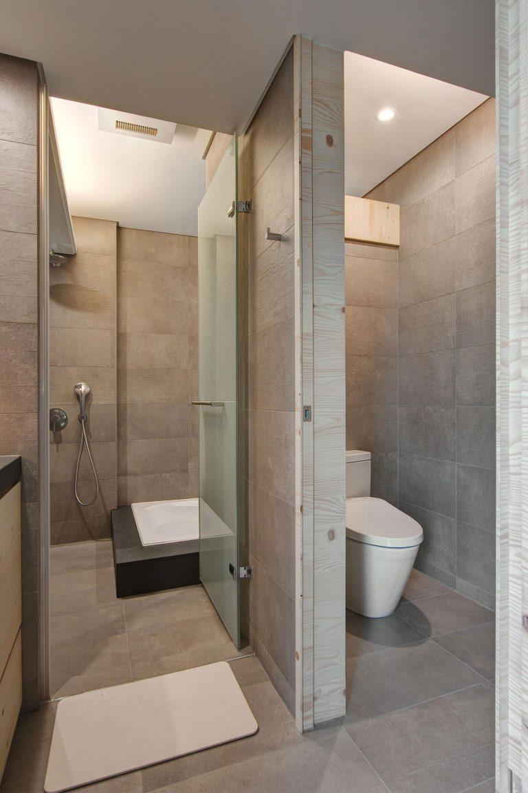 moderne badkamer met aparte inloopdouche kamer en toilet