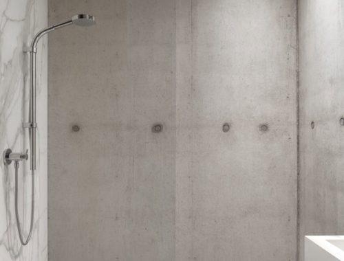 Moderne badkamer met beton, hout en marmer