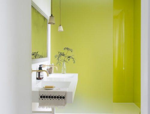 Moderne badkamer met een lime groene muur