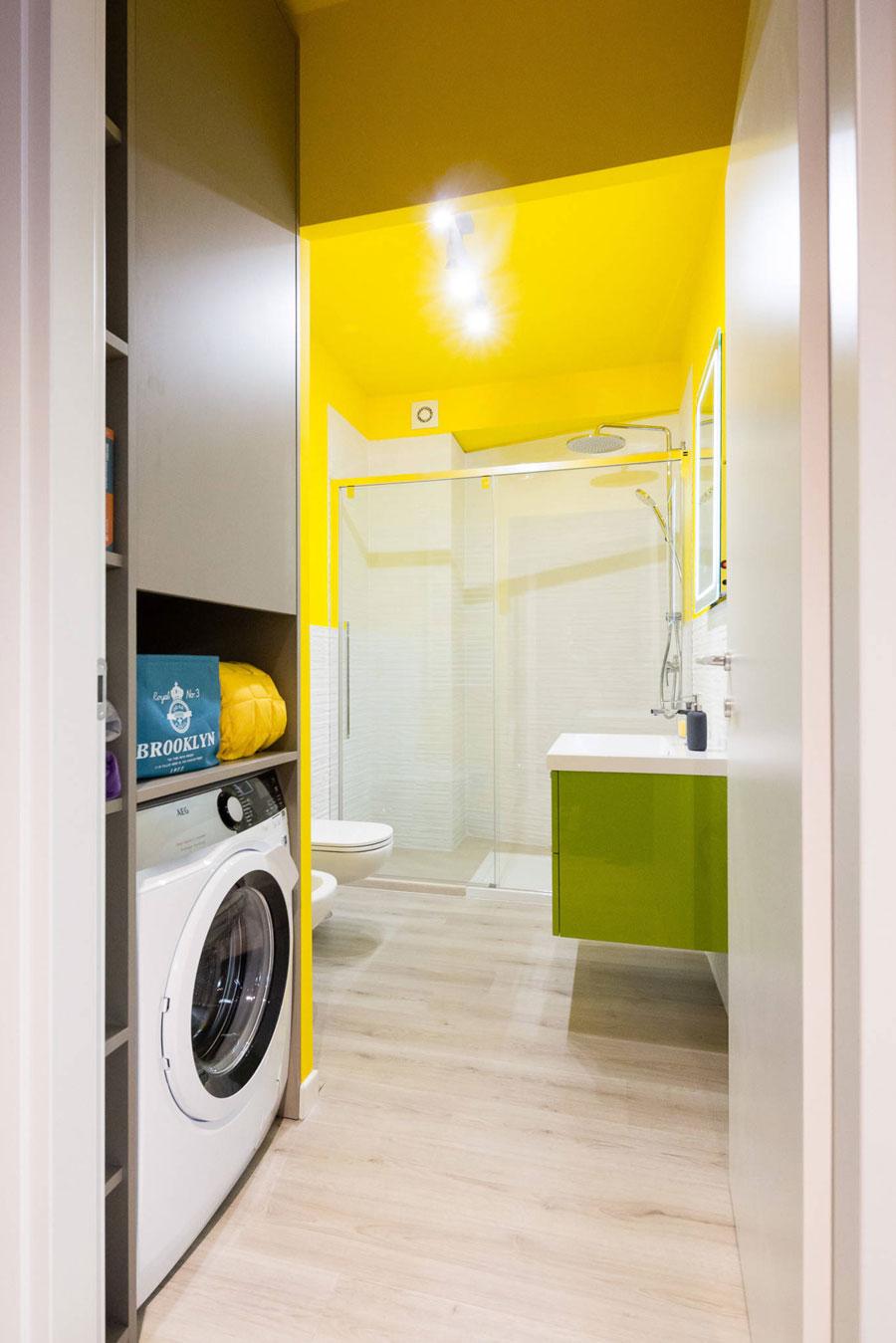 Moderne badkamer met een mooi plekje voor de wasmachine