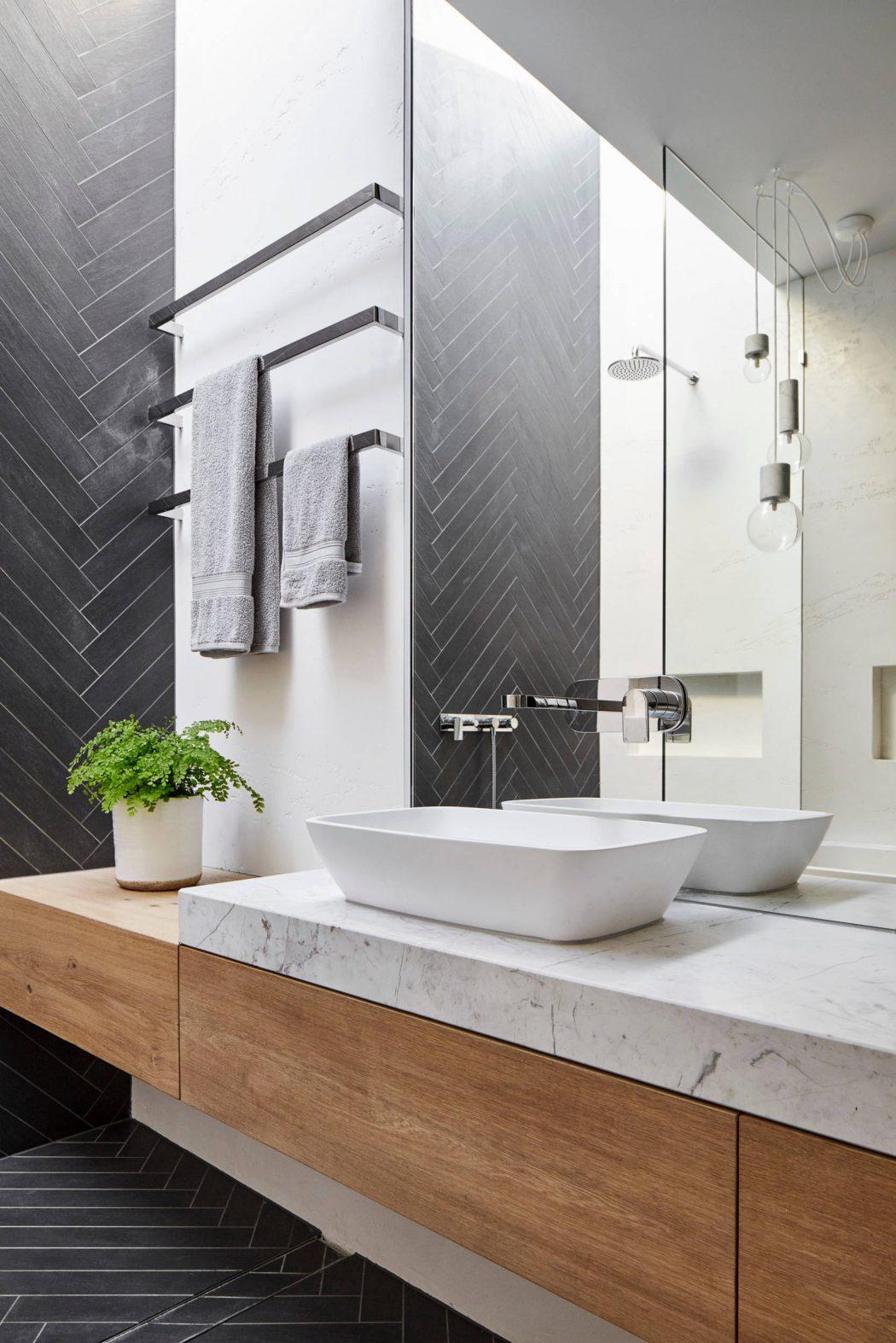 Moderne badkamer met grijze visgraat tegels - Badkamers voorbeelden