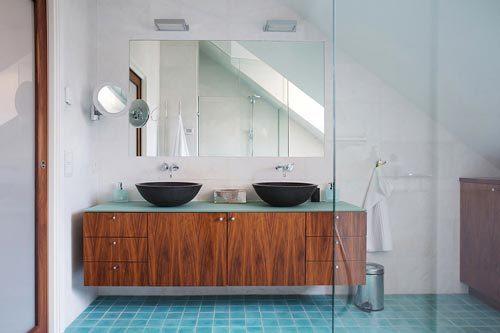 Moderne badkamer met schuin dak