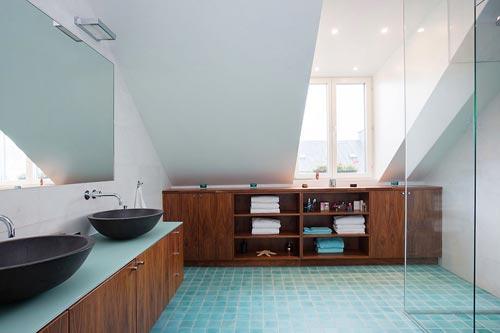 Moderne badkamer met schuin dak - Badkamers voorbeelden