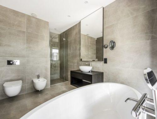 Moderne badkamer met uitzicht op het bos