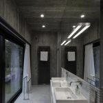 Moderne badkamer met veel beton