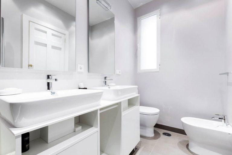 Moderne badkamer met veel moderne gemakken badkamers voorbeelden - Moderne wastafel ...